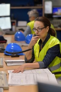 mujer en centro de control dando indicaciones