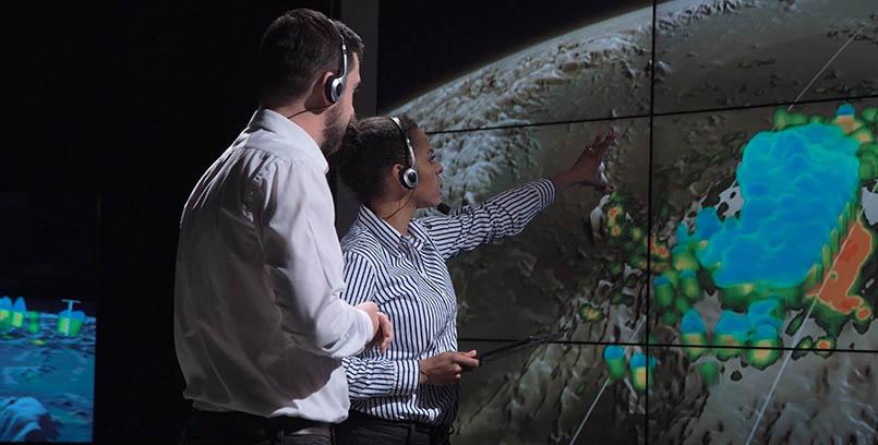 dos personas analizando circunstancias climáticas
