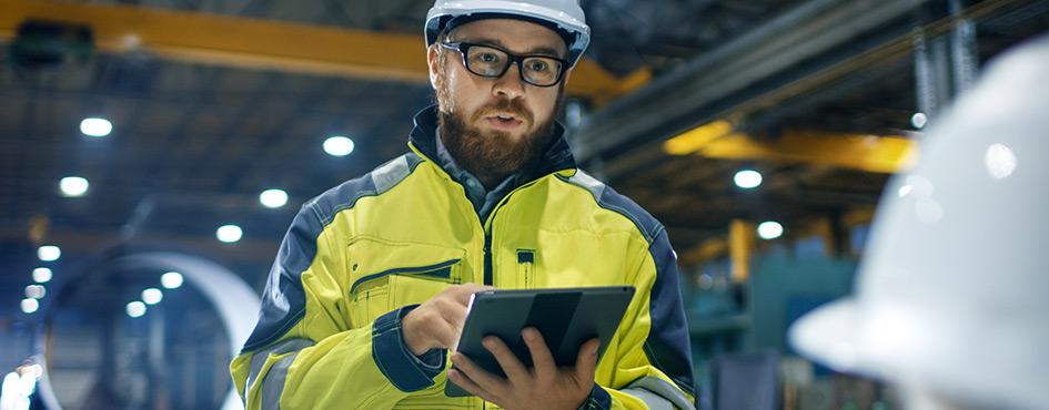 Ingeniero con tablet en la mano