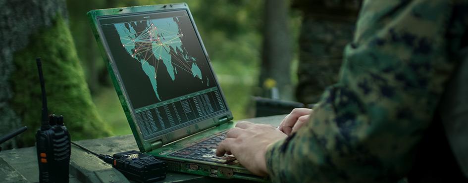 Militar con computador