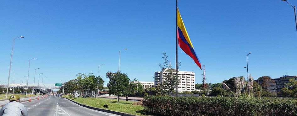 Edificio gubernamental con bandera de Colombia