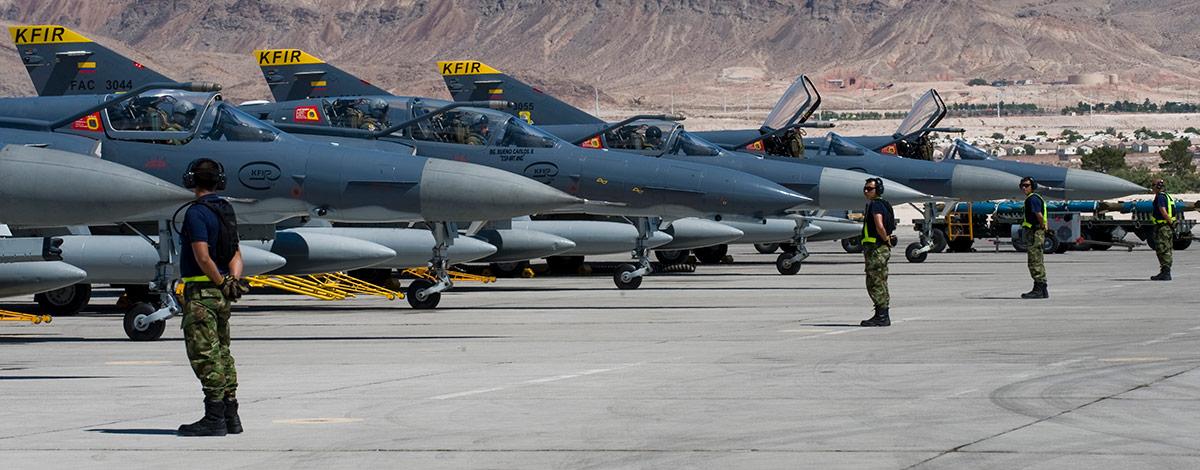 Avión Kfir de la fuerza aérea colombiana se prepara para una misión