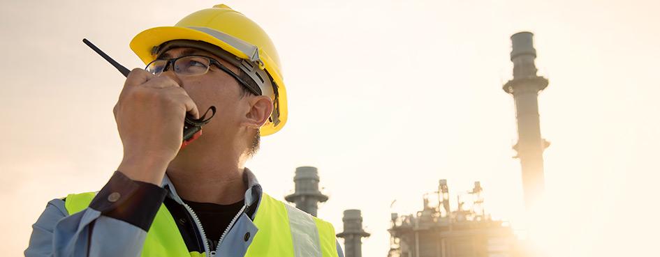 Ingeniero hablando por Radio Motorola